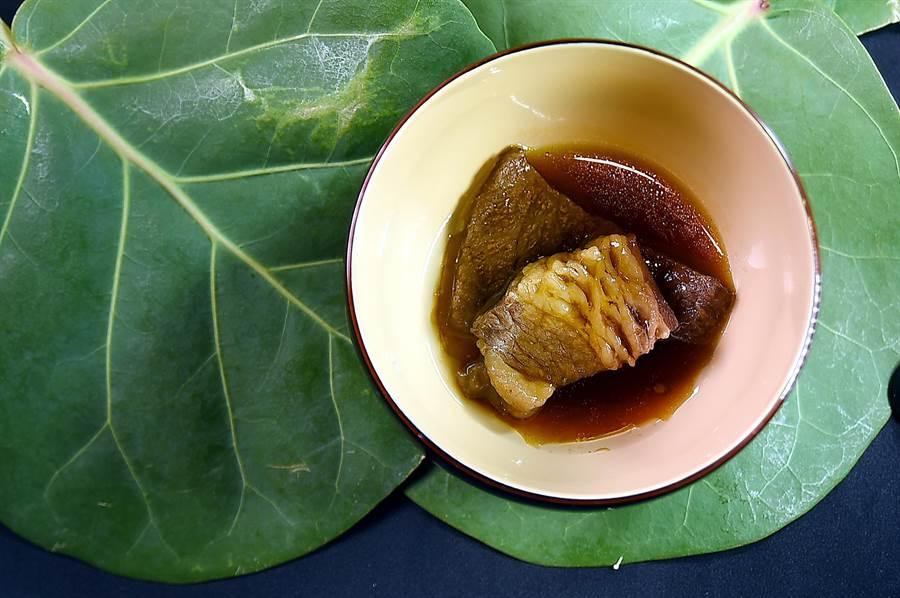 〈樂軒和牛割烹〉的釜飯隨飯會附上味噌湯、漬物,還有一塊用和牛滷製的東坡肉,非常豐盛。(圖/姚舜)