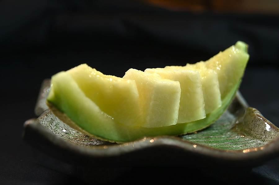 這個季節到〈樂軒和牛割烹〉用餐,餐後水果是日本進口的頂級哈蜜瓜,連水果都高檔。(圖/姚舜)