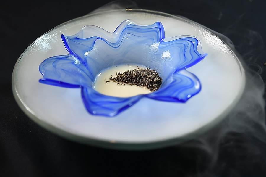 餐後甜點〈黑芝麻奶酪〉是用有機豆漿製成,上面灑了炒香黑芝麻粉,並淋上熟成10年的味醂,非常獨特。(圖/姚舜)