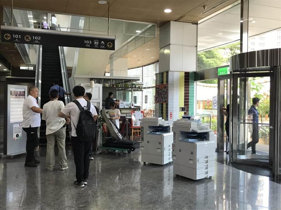 台北市長柯文哲籌組台灣民眾黨,今天舉辦創黨大會,將開放支持者現場入黨,現場還準備了影印機方便民眾影印身分證。(張潼攝)