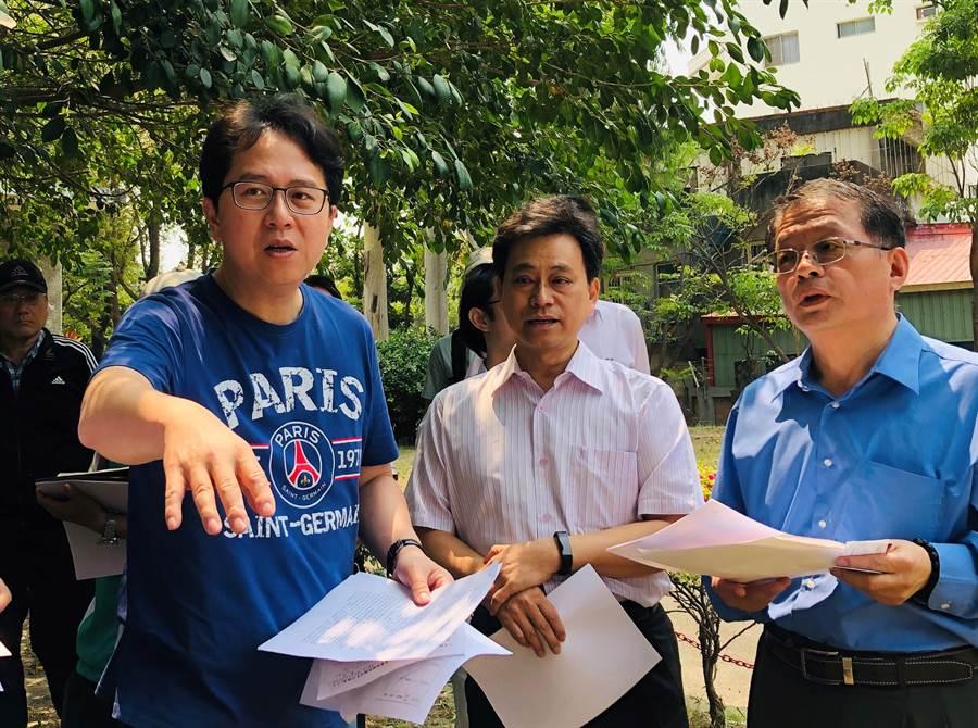民進黨立委邱志偉(左)日前推動岡山自來水塔史蹟修復維護。(本報系資料照片)