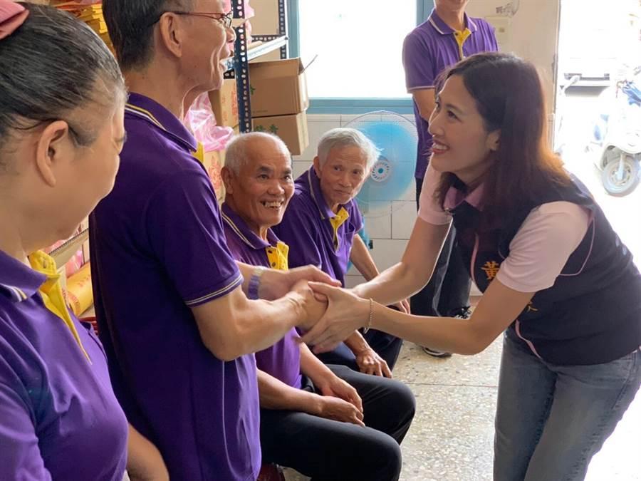 國民黨立委參選人黃韻涵(右)努力拜訪基層。(本報系資料照片)