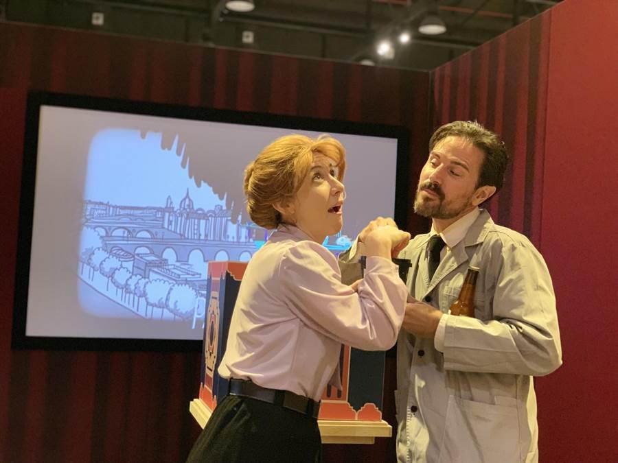 美國「Matheatre」雙人表演劇團在科教館演出居禮夫人和她丈夫故事的科普音樂劇。(科教館提供)