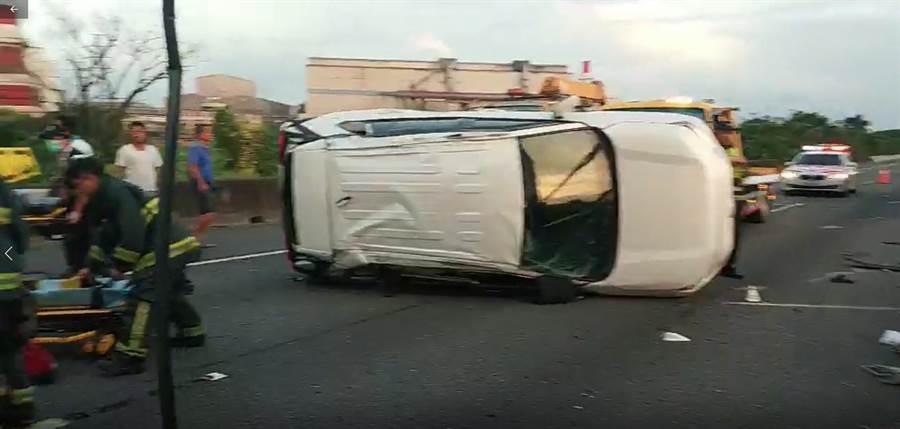 國道1號南下343.8公里6日清晨5時22分發生一件死亡車禍交通事故,警消到場搶救傷者。(林瑞益翻攝)