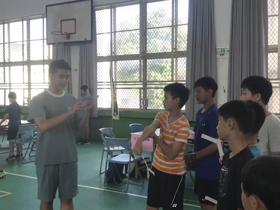 第5屆科普活動科學營在竹南國中舉行,迴力鏢原理讓許多同學好奇。〔謝明俊翻攝〕