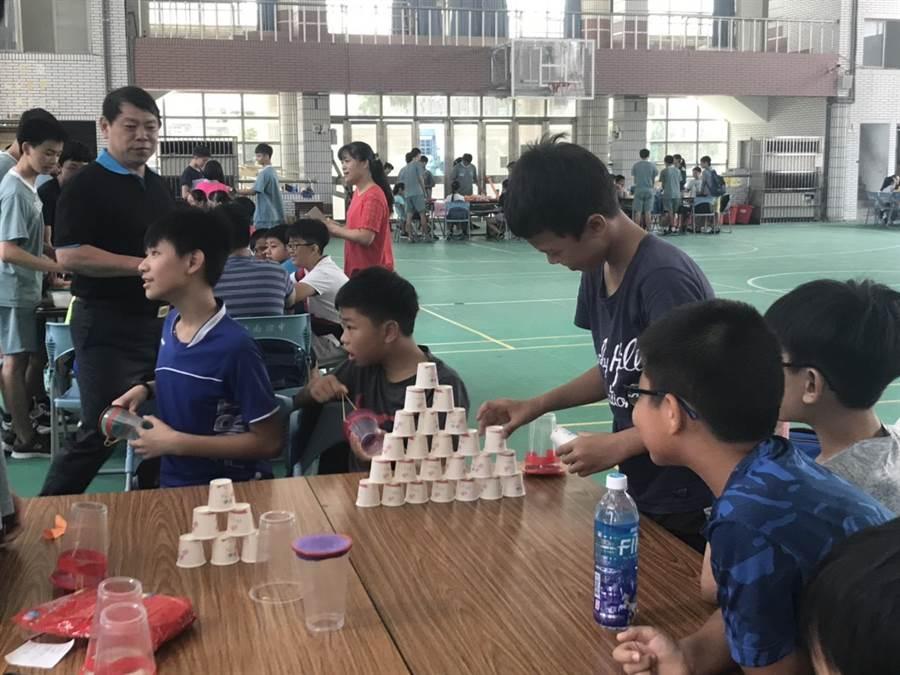第5屆科普活動科學營在竹南國中舉行,安排各種闖關活動讓同學體驗科普原理。〔謝明俊翻攝〕
