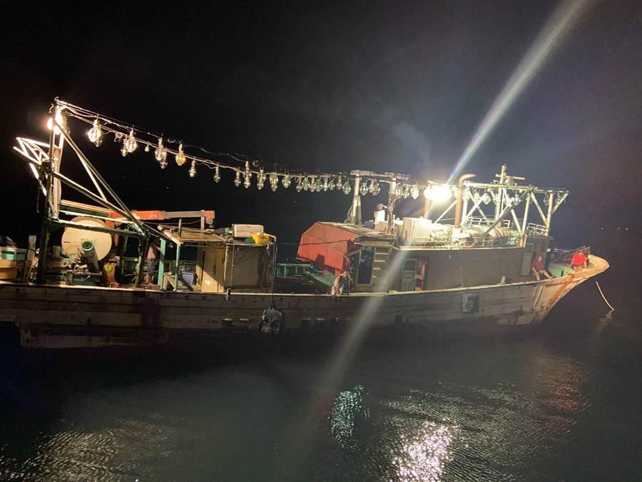蘇澳籍漁船宜昌1號在宜蘭外海作業時,因機械故障失去動力,蘇澳海巡隊協助救援。(蘇澳海巡隊提供)
