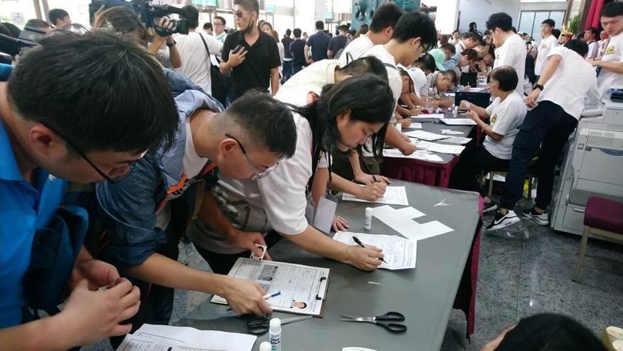 台北市長柯文哲8日成立政黨,許多支持者到場登記加入政黨,表達支持。(王英豪攝)