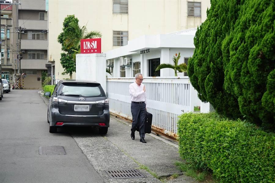 一芳水果茶總部「墨力國際」快步走進辦公室,面對記者詢問都不願多說。(王文吉攝)