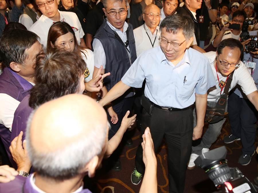 台北市長柯文哲出席民眾黨首次大會,與支持者握手致意 。(姚志平攝)