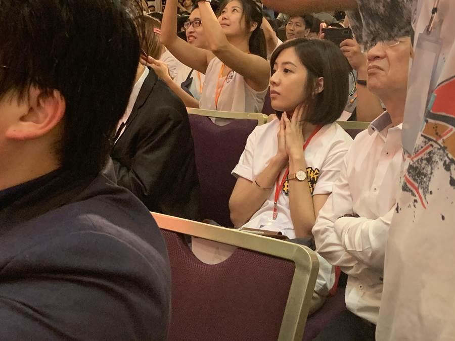 學姐黃瀞瑩今在民眾黨創黨大會上托腮放空。(蕭靈璽攝)