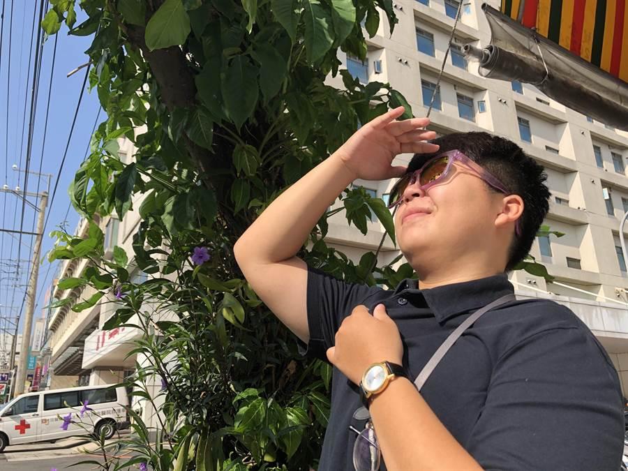 連日來豔陽高照,民眾出門可配戴太陽眼鏡,避免眼睛受到太陽光傷害。(陳淑娥攝)