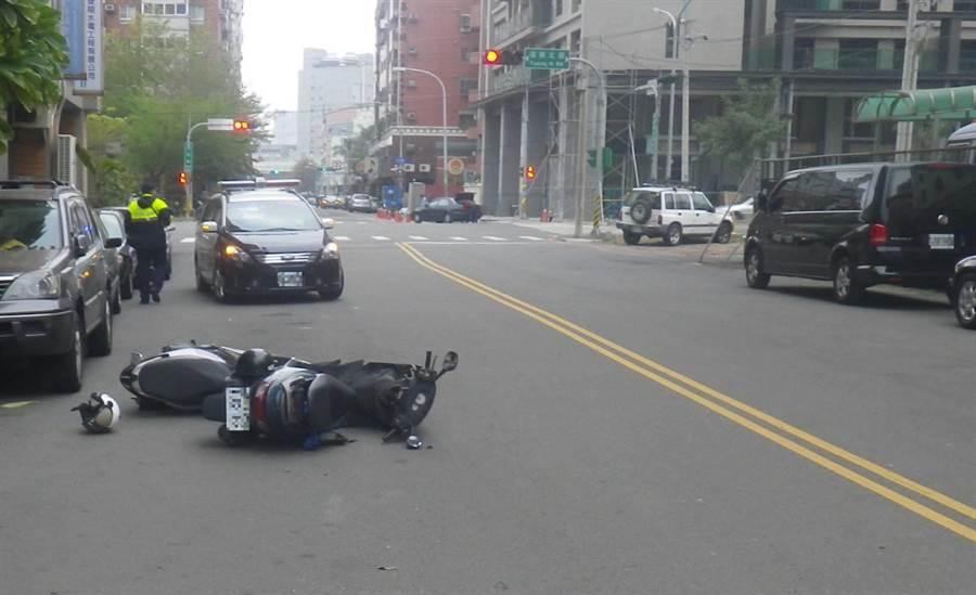 有鑑於台中市發生數件因安全帽鬆脫,駕駛人頭部重創,傷重不治的事故,台中市警局交通大隊呼籲騎乘機車應緊戴安全帽。(馮惠宜翻攝)