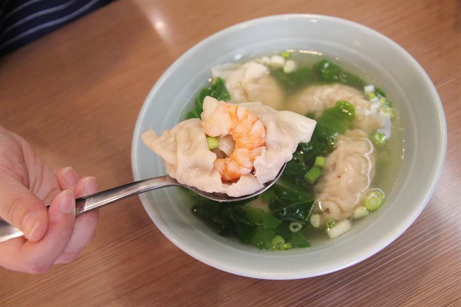 江家餛飩的鮮蝦大餛飩,每顆都包有1隻草蝦,搭配梅花絞肉。(陳淑芬攝)