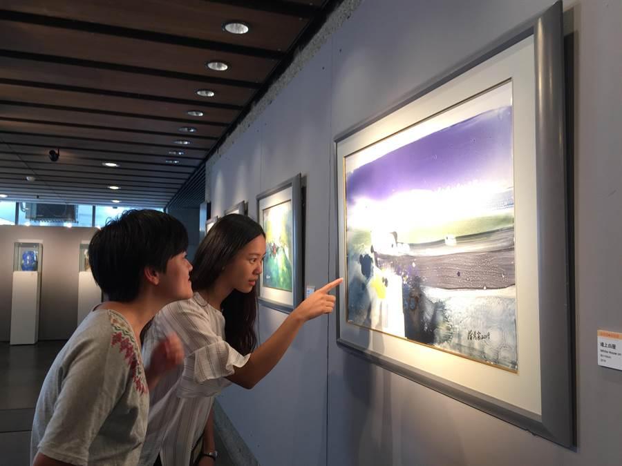 《堤上白屋》靈感來自陳萬富與太太在海堤上散步的風景,相當浪漫。(陶博館提供)