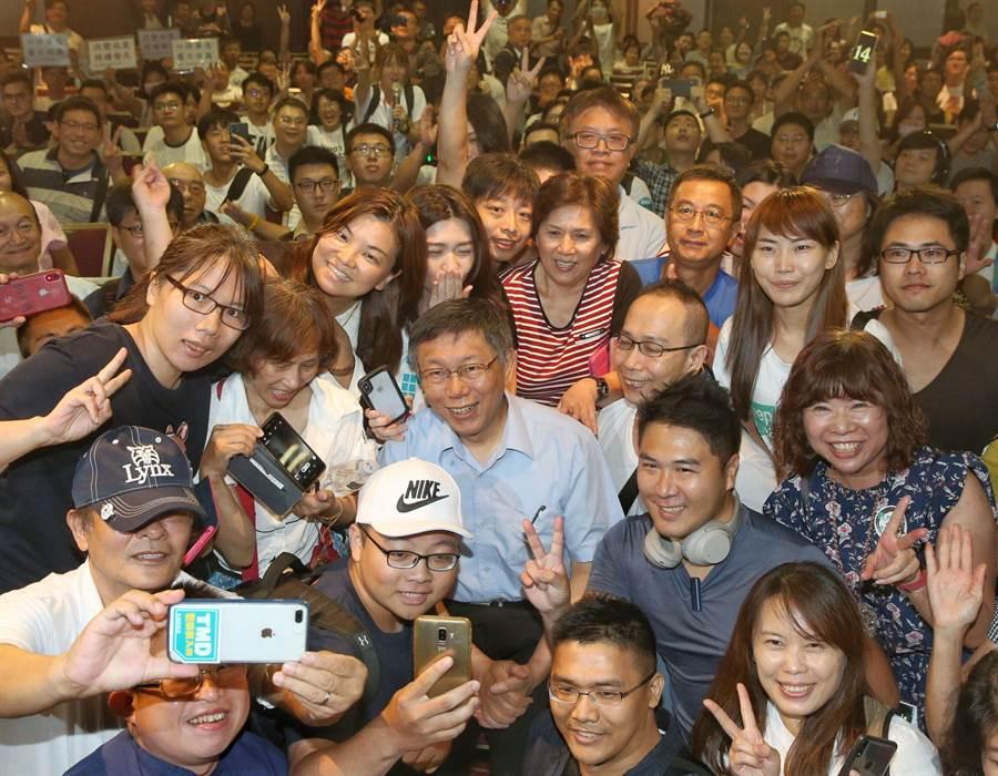 台北市長柯文哲6日出席台灣民眾黨首次大會並擔任黨主席 ,會後到第二會場感謝支持者出席。(王英豪攝)