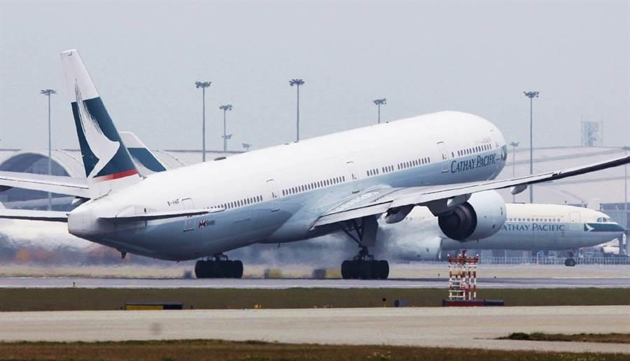 國泰航空在新版隱私條款中承認,全機艙裝有監視器,全程掌控乘客行動。(圖/美聯社)