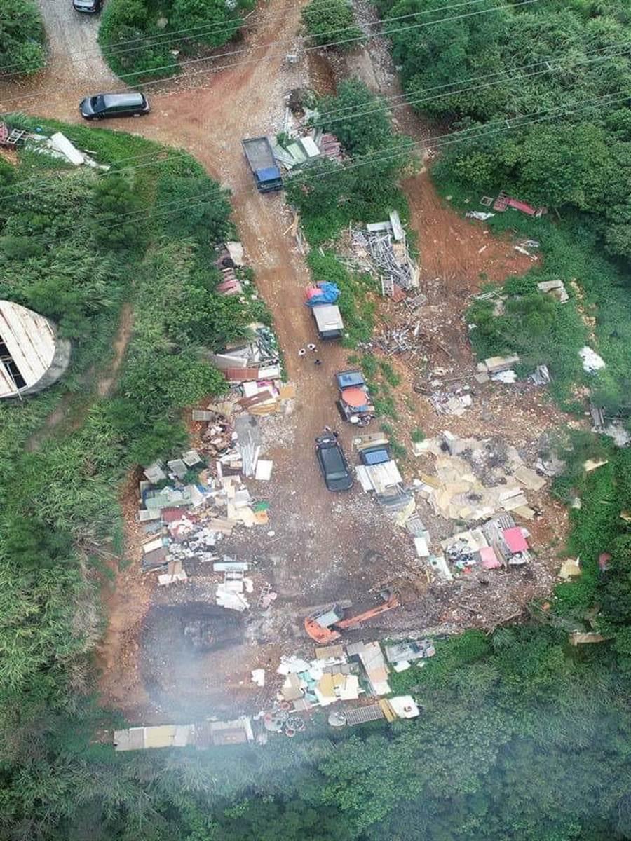 警方空拍發現新埔鎮黃梨園山區被傾倒廢棄物。(羅浚濱翻攝)
