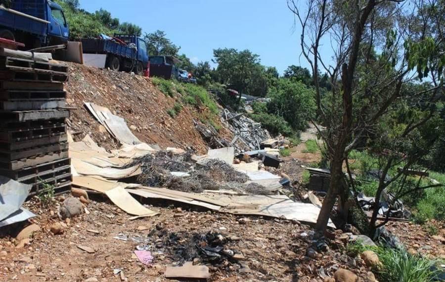 警方逮獲彭姓男子從事無照事業廢棄物處理,廢棄物倒在邊坡。(羅浚濱翻攝)