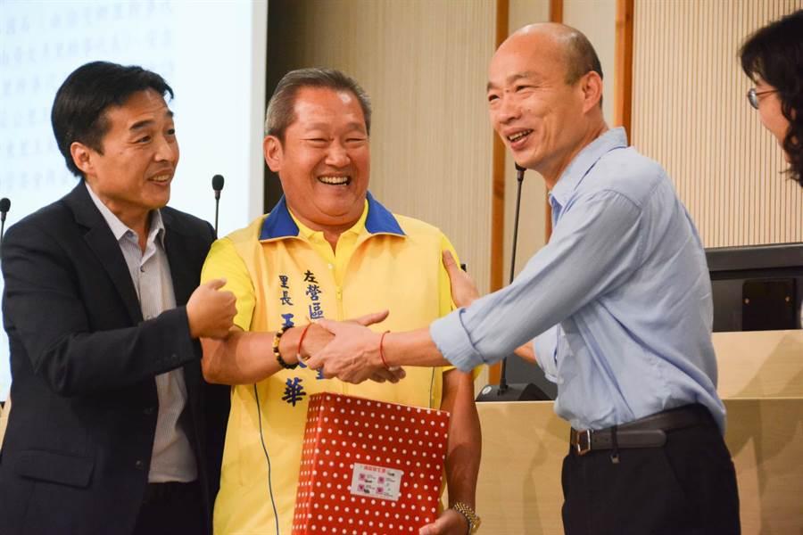 高雄市長韓國瑜(右)6日在市政會議上表演登革熱防疫有功的里長,並宣布有11個里別已解除警報。(林宏聰攝)