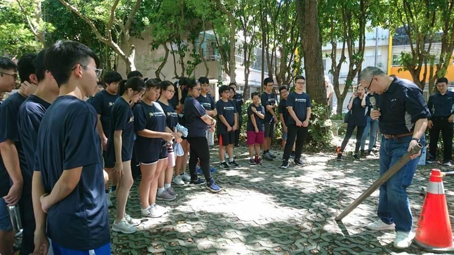 水土青年培訓營,講師講解監測井構造,學生聽得津津有味。(葉德正翻攝)