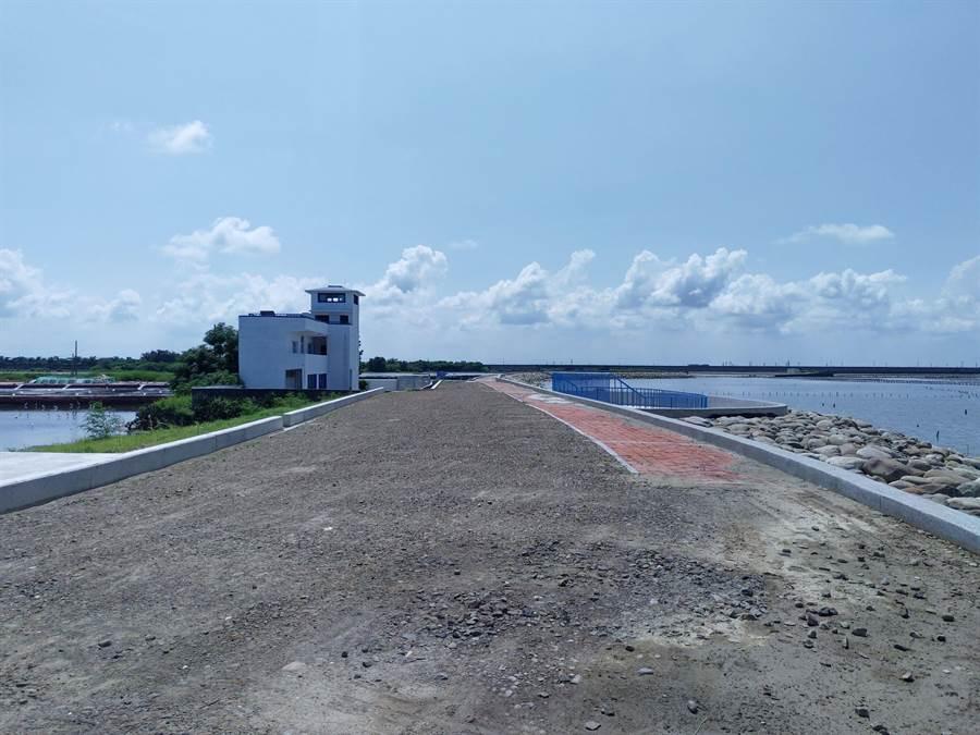 北門井仔腳海堤僅剩最後一段鋪面工程,預計年底完工。(莊曜聰攝)