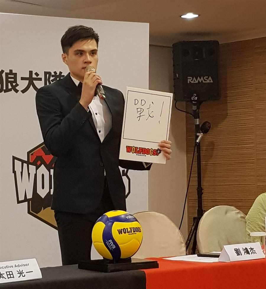 劉鴻杰表示自己就像球隊的口號一樣,勇於挑戰自我、奮戰不懈。(陳筱琳攝)