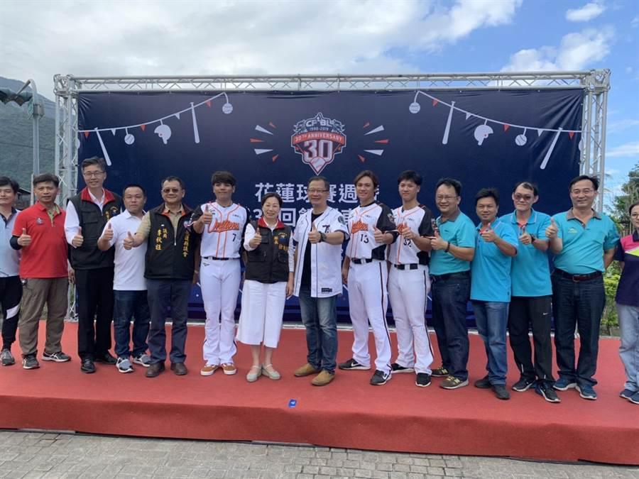 花蓮縣長徐榛蔚(左7)與中華職棒聯盟長吳志揚(左8),為7日於花蓮德興球場開打的精彩賽事開幕。(王昱凱攝)