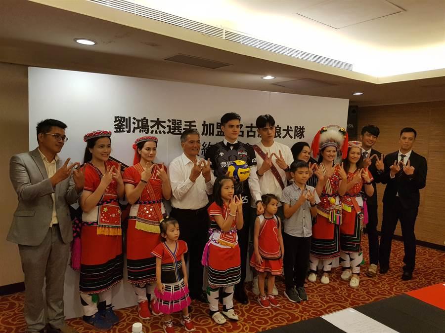 劉鴻杰(後排中左)加入日本V聯賽名古屋狼犬隊,家人到記者會現場幫他打氣,一起比出代表球隊手勢。(陳筱琳攝)