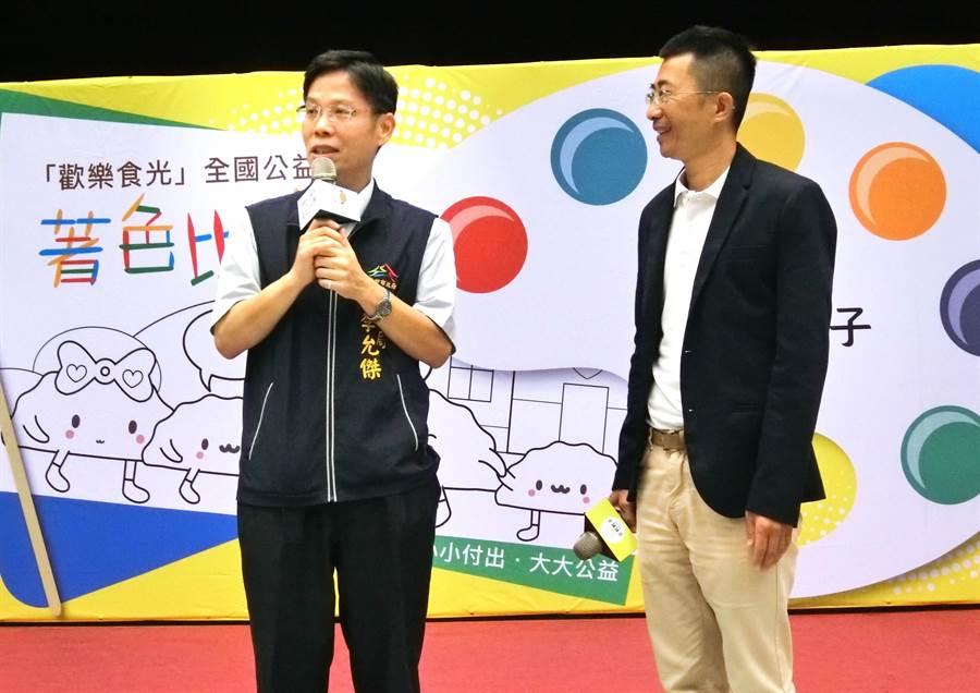 台中市府社會局長李允傑(左)稱讚「父初餃子」執行長洪宗義,讓更多人有機會一面吃水餃一面做善事,一舉兩得,用公益和創意來付出,用更有意義和使命感來一起做公益。(盧金足攝)