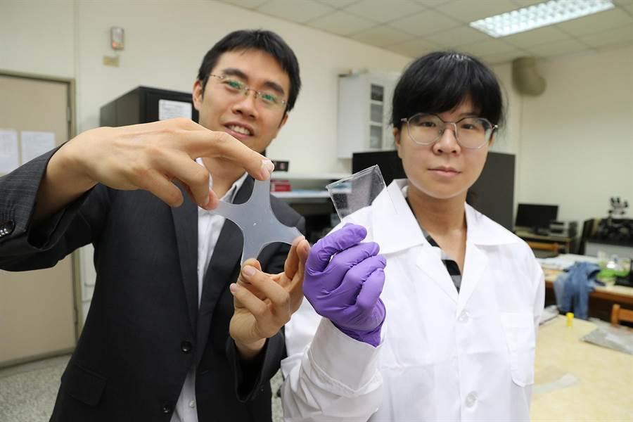 興大材料系副教授賴盈至(左)團隊研發出透明、可伸縮、不需供電、受損能自癒的電子皮膚。(林欣儀翻攝)