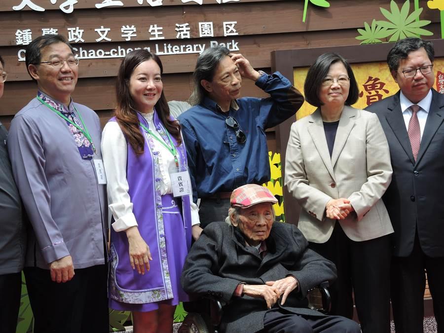 蔣絜安(左二)接受民進黨徵召挑戰桃市第五選區立委。 (邱立雅攝)