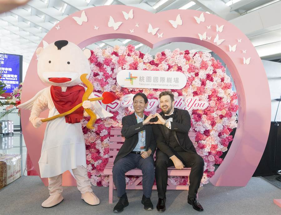 除了情歌演唱外,還備有粉紅滿溢的愛心花牆,供旅客打卡留念。(陳麒全攝)