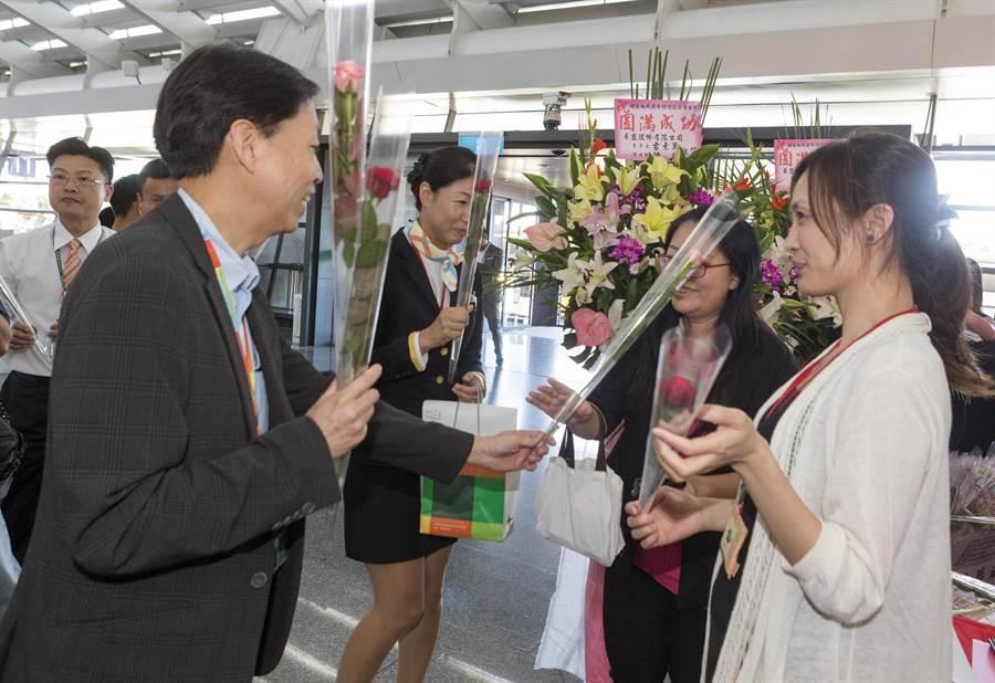 桃機公司總經理林祥生特別代表桃園機場,祝福所有的旅客及機場工作同仁佳節愉快,現場也發送旅客應景的玫瑰花與巧克力。(陳麒全攝)