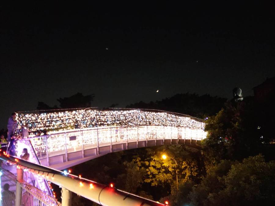 八卦山天空步道變身幸福鵲橋,夜間銀河光雕燈飾點綴,璀璨浪漫,人氣成功回流。(謝瓊雲翻攝)