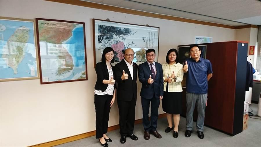 真理大學由校長陳奇銘(中)等人赴韓參加OAF的年會。(直理大學提供)