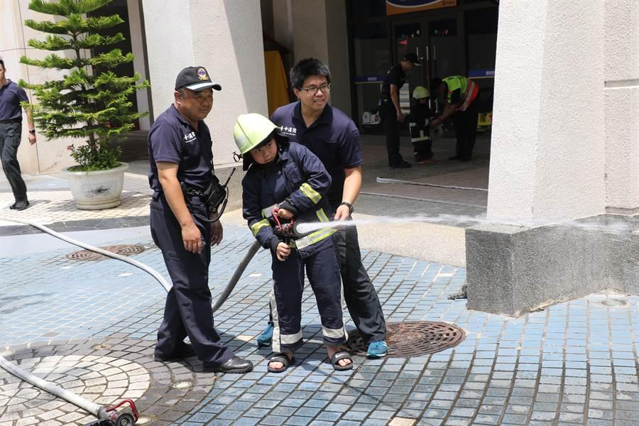 小小軍警消活動在麗寶休息站免費體驗。(陳淑娥攝)
