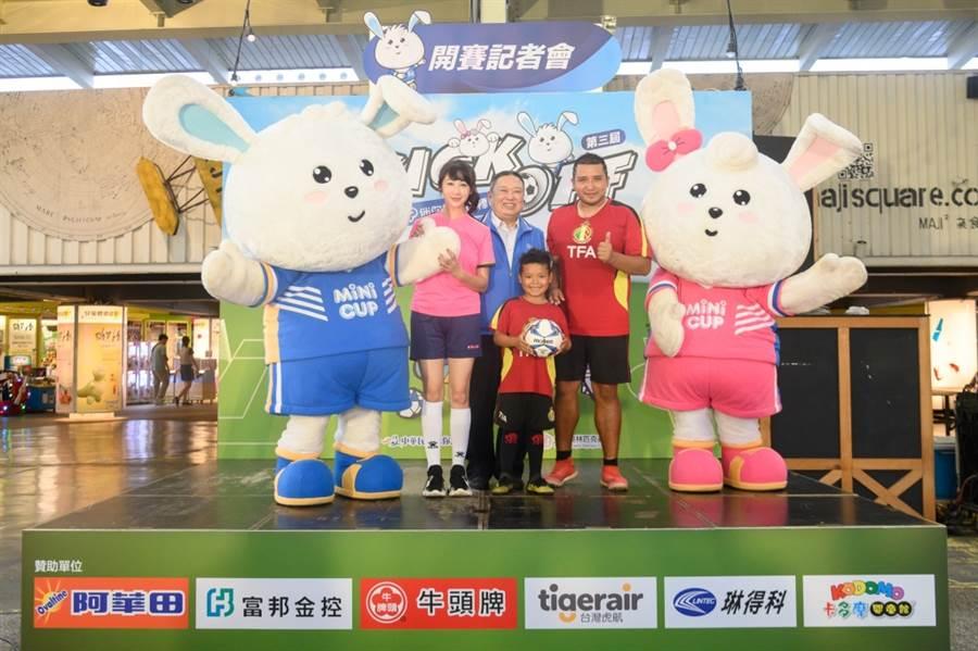 吉祥物MIMI & NINI與推廣大使奧會主席林鴻道(中)一同為賽事站台。(主辦單位提供)