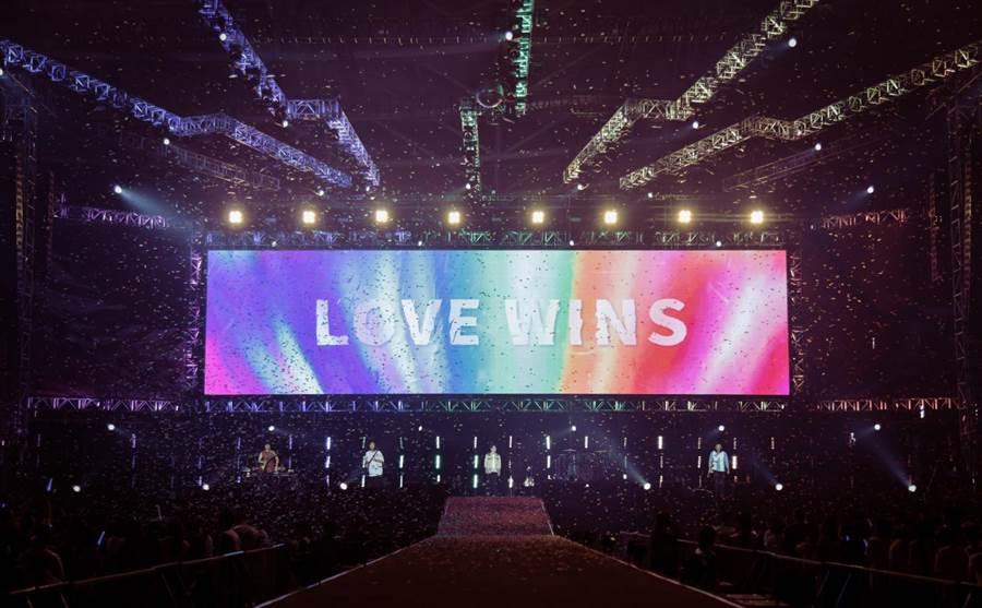 五月天今年在「超犀利趴10」中,特別挑選多首挺同歌曲,傳達平等的愛。(相信音樂提供)