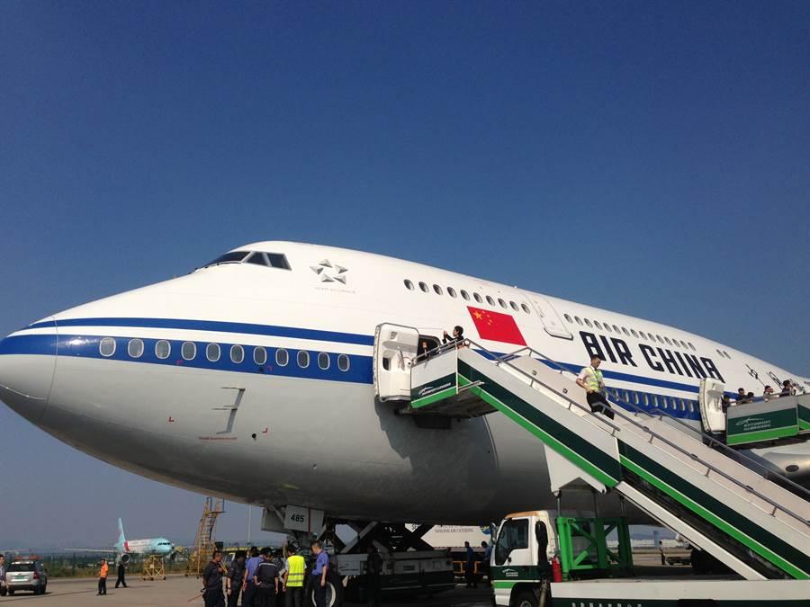大陸的中國國際航空停飛北京─夏威夷航班,網民們議論紛紛,都猜測是否與美中貿易戰升級有關。國為大陸國航的波音747客機。(圖/新華社)