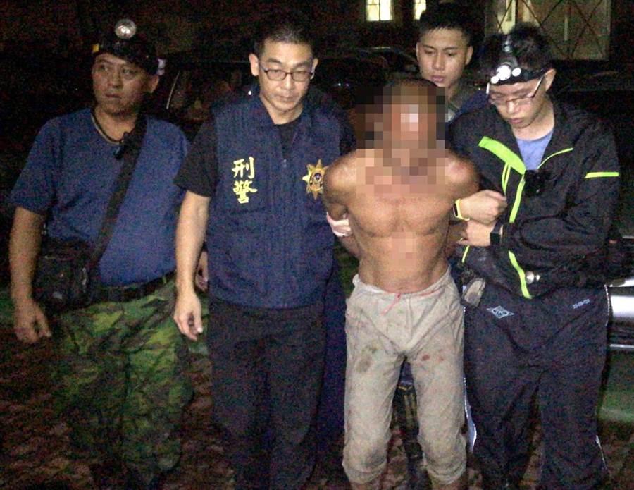 「台灣野人」林金寶在恆春半島逃竄一個月後,5日晚間在滿州鄉長樂村被警方圍捕成功,6日聲押獲准。(潘建志翻攝)