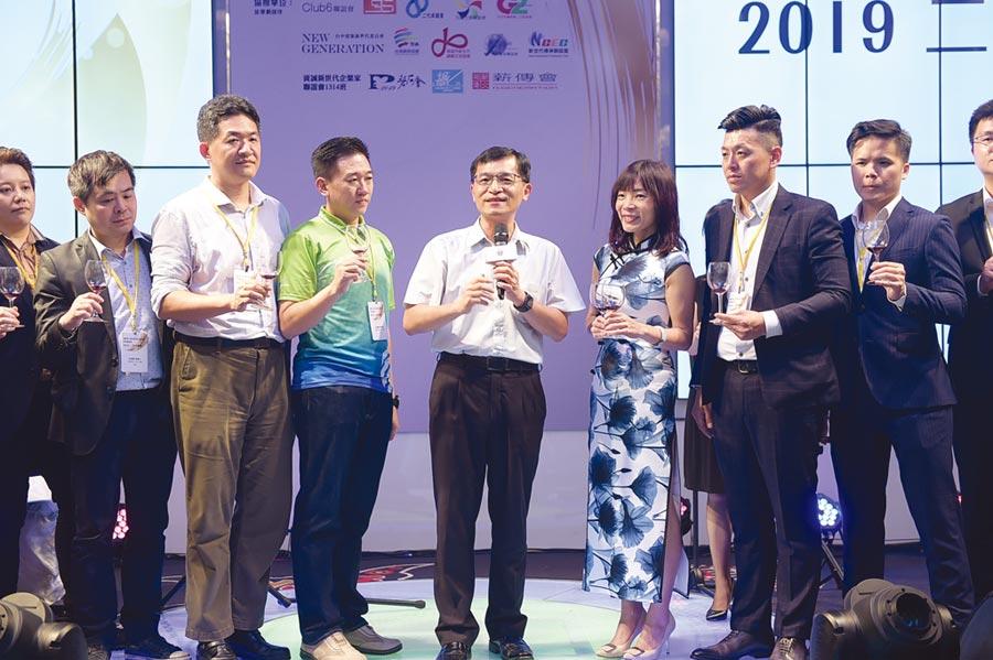 經濟部中小企業處處長何晉滄(中)特別至台中出席「2019二代大會師」。圖/中小企業總會提供