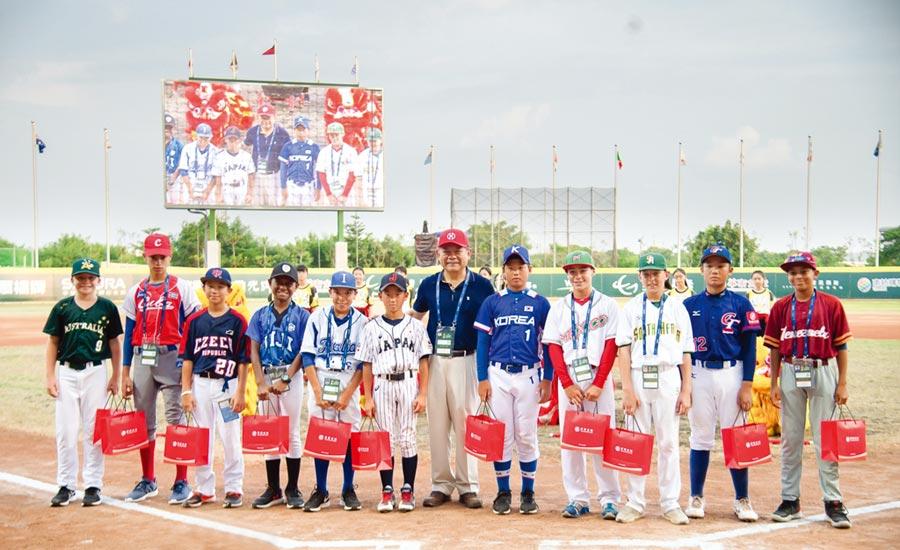 華南金控暨華南銀行董事長張雲鵬(右六)擔任世界盃少棒冠軍賽開球貴賓,並頒發各國最佳人氣獎。圖/華南金提供