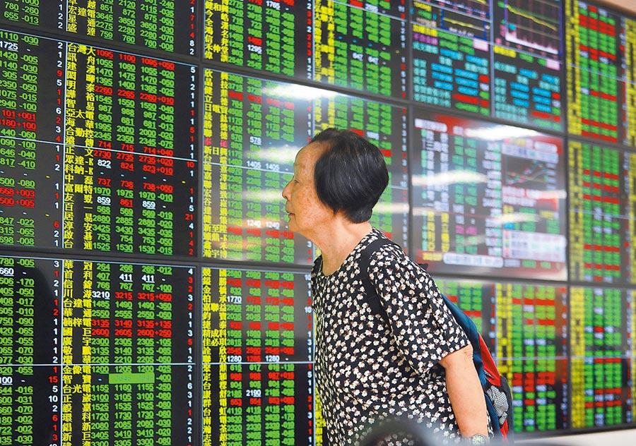 貿易戰疑慮蔓延加上香港罷工利空因素,台北股市5日開低走低,投資人望著綠油油的盤面,莫可奈何。(陳怡誠攝)