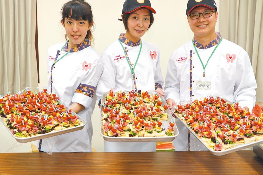 新北市推動惜食分享網5日媒合義煮,利用惜食材料烹調出佳餚給長輩們吃。(葉書宏攝)