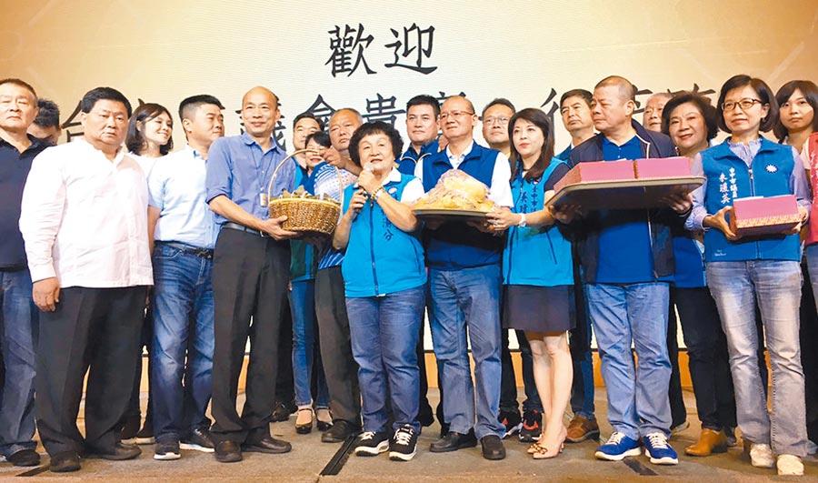 台中市議會國民黨團一行人,5日晚間扺達高雄,為總統候選人韓國瑜加油打氣,並送上麵包和肉粽,預祝韓國瑜「包中」。(陳世宗翻攝)