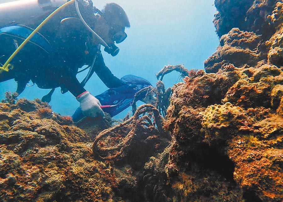 台東縣政府日前委託專業人員在富山漁業資源保育區,清除了75公斤的覆網垃圾。(莊哲權翻攝)