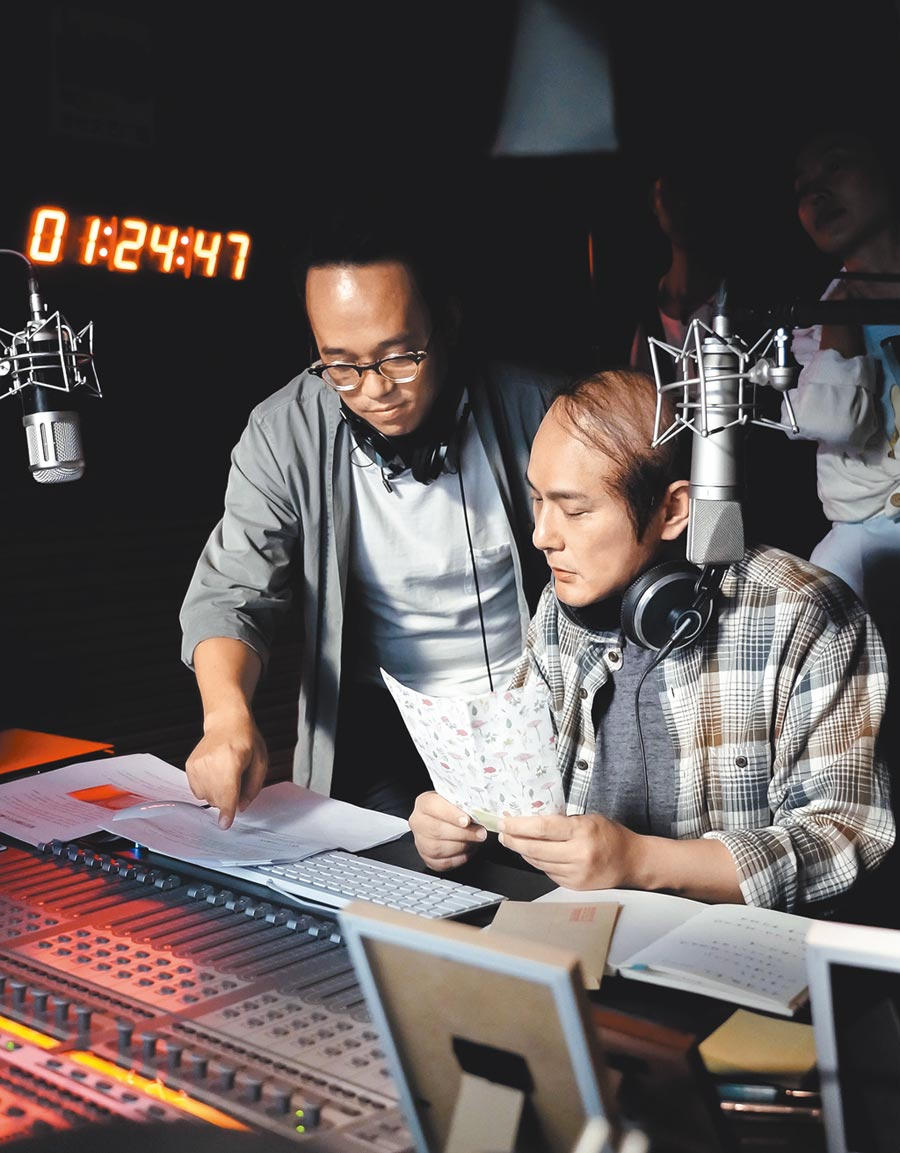 張信哲(右)在電影客串演出中年禿頭男子DJ一角。