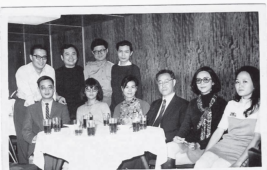 1970年四月香港前排:劉紹銘(左一)、蔣芸(左三)、夏志清(左四)、唐書璇,後排左起:王敬羲、胡金銓、戴天、胡菊人。(江青提供)