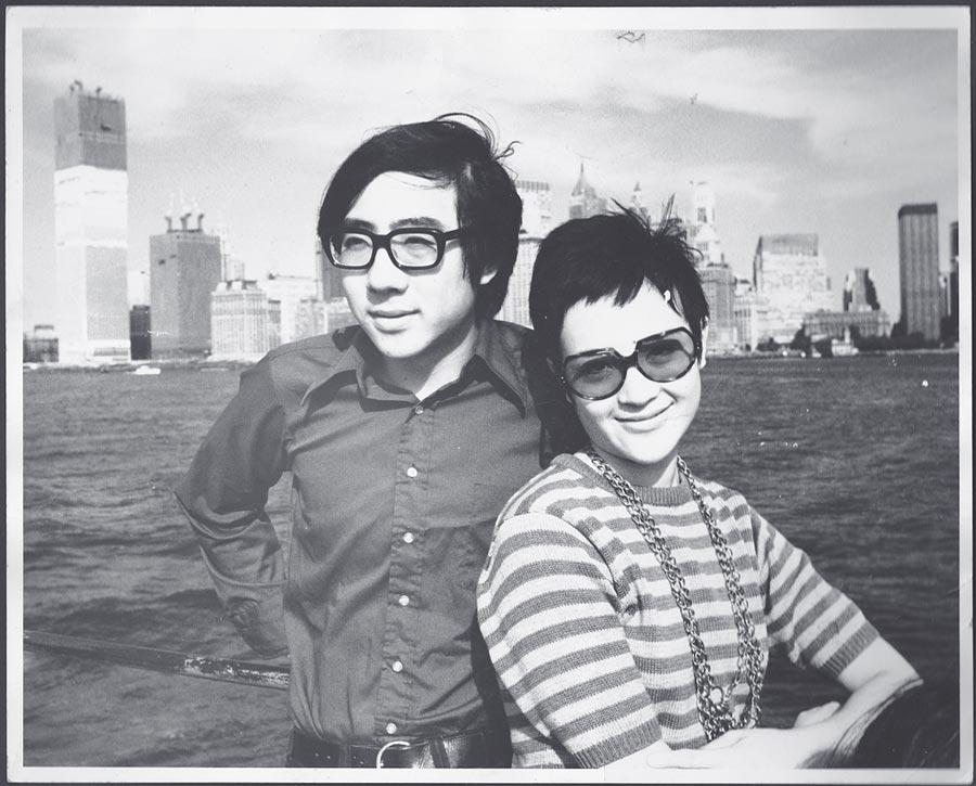 1971年江青、江山遊哈德遜河,背景是正在建的世貿大樓。(柯錫杰攝,江青提供)